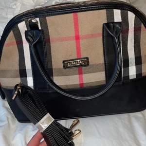Burberry väska bra kvalite Inte äkta men väldigt lik en äkta berrry väska. Kommit till användning 3 gånger🥰. Säljer den så billig som jag gör är för att det är inte en riktig väska inte pga att det finns några fel på väskan💕
