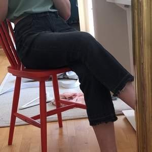 Säljer dessa jättesnygga svarta byxor.💗 Sitter skönt, är ganska lågmidjade. Väldigt trendiga då dem är lågmidjade osv.🤗 Säljer då dem tyvärr är för korta och för att jag har massa nya byxor. Passar till alla toppar/tröjor och till alla tillfällen.🤩 I bra kvalite! Kan mötas upp eller frakta❤️
