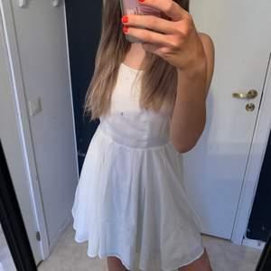 Skitsöt klänning nu till sommaren, tyvärr kommer den aldrig till användning vilket är anledningen till att jag säljer den❤️ Det är storlek 36 och är otroligt bra skick, aldrig använd. Kan skicka men köpare står för frakt❤️ Hör av er för fler bilder eller frågor❤️❤️❤️