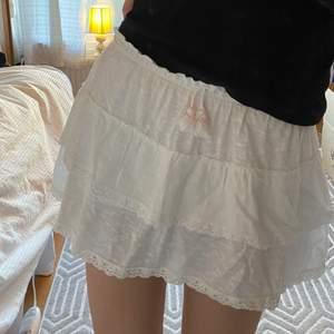 Så fin vit volangkjol från zaras barnavdelning. Storlek 152 motsvarar XS. Skick 10/10. Köparen står för frakt!💕