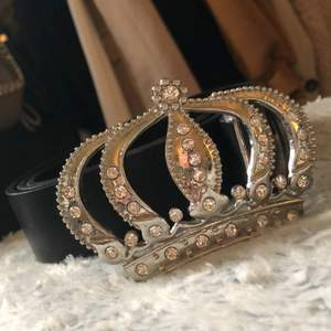 Skitsnyggt skärp, med krona och diamanter! XS-M, jag har inte gjort egna hål men de går såklart att göra själv!