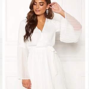 Vacker studentklänning i ett super mjukt material, använd en gång men i väldigt fint skick! ☀️