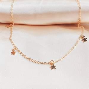 Cute Luna star pendant. Finns i både silver och guld. Helt nya. 25cm lång. Trendigt och vintage. Kosta 35kr/st Frakt 15kr. Jag skickar bild på paketet innan jag posta.