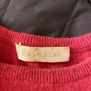 Rosa cashmere T-shirt från märket cashmere! Köpt förra sommaren men Inte använd alls mycket.