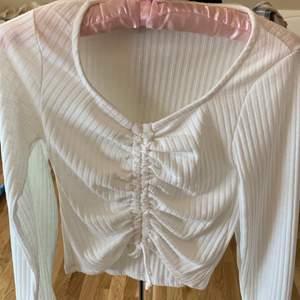 Superfin tröja som inte kommer till användning. Använd max 10 gånger, den är i nyskick. Tror den är storlek XS men passar S och mjöligtvis M. Hör gärna av dig vid frågor✨