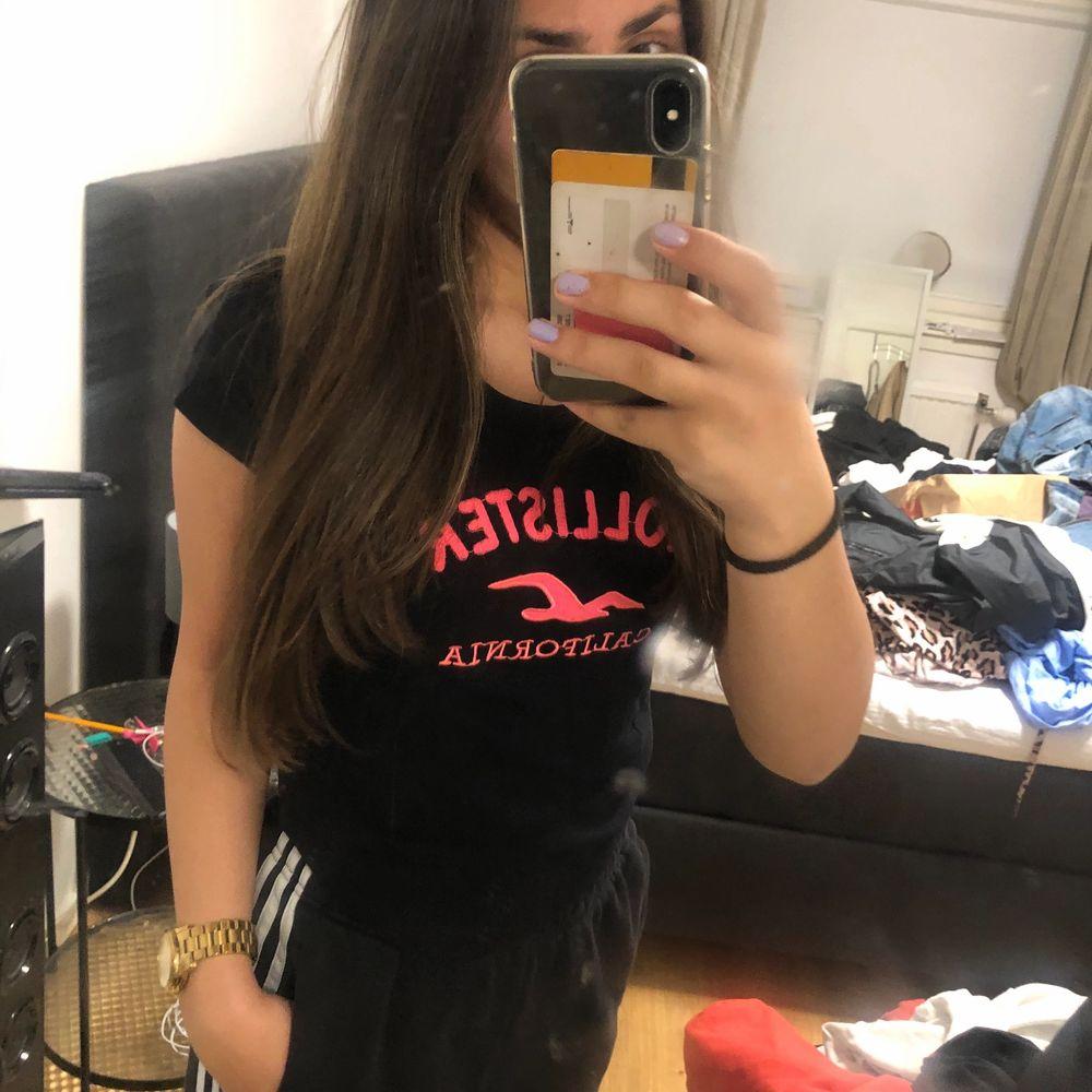Säljer denna fina hollister tröjan i storlek L men passar mig som är storlek 34, säljer den pågrund av att den inte kommer till användning. Den är i bra skick och är super fin, kontakta mig vid övriga frågor ☺️. T-shirts.