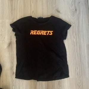 Jag säljer min svarta t shirt i stl L, passar som en oversized t shirt i M/S också.