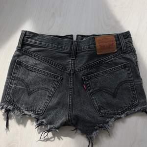 Jättesnygga och trendiga Levis shorts storlek ca 32/34💕Säljer då de tyvärr är för små för mig! Köp direkt för 170kr eller buda privat🥰