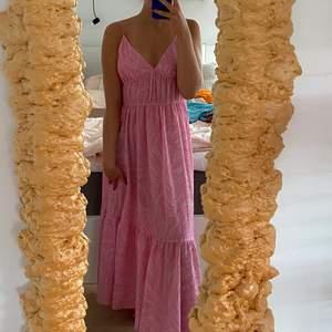 Intressekoll på min fina långklänning från H&m 🐚 i storlek 40 men passar mig bra som är 34/36 ✨ säljer endast för bra bud!! 💖 i bra skick!!