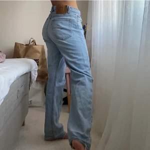 De perfekta vintage jeansen från Levis! Köpta här på Plick men tyvärr lite för korta för mig (bilderna från förra säljaren som är 165cm). Storlek 32/34 men passade mig som vanligtvis har ca 27 i jeans. 80cm innerbeneslängd 🤍