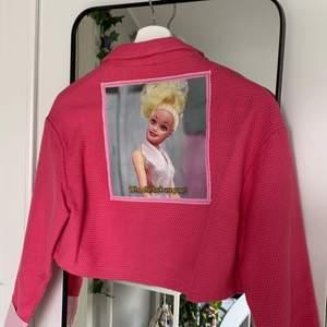 Reworked kavaj av @rochelleupcycles på depop! Hon har sytt om den för han till vad den är nu. Super häftig rosa croppad kavaj med en fantastisk Barbie bild på ryggen. Skulle passa bäst för en XS.                                                                           Meddela innan du köper (: