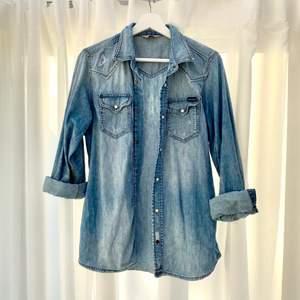 Jeans-skjorta från Diesel i fint skick. Lite destressed men den är designad så.   Men: XS/S  Woman: S/M