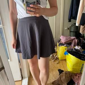 Säljer denna fina kjolen från Forever 21. Storleken är S. I fint skick.