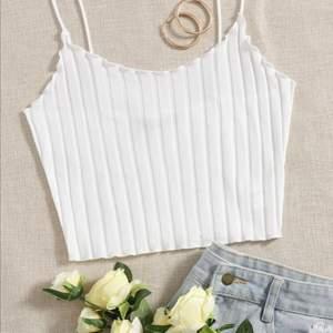 Jättefint vitt linne/topp, helt oanvänd. Passar så bra nu till sommarn🥰💕 skriv privat vid frågor