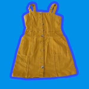 Gul jeansklänning med justerbara axelband och knappar längst hela framsidan 🌟 Inte min stil längre så därför säljer jag den, skulle säga att den passar storlekarna M/L ☺️