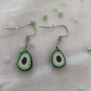 Här är ett par själv gjorda örhängen med avokados🥑🥑