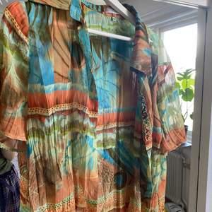 Säljer en extremt fin färgglad skjorta 🌸Perfekt nu till våren och sommaren när man bara kan slänga på sig något över en linne eller t-shirt. Köpt secondhand!Frakt ingår✨