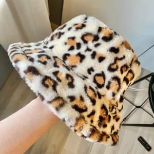 super söt leopard buckethat!! 😍💕 perfekt till vår & sommar <3 58 cm omkrets
