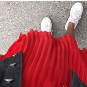 Såå fin röd refflad långkjol, används kanske 2 ggr, perfekt till sommaren❤️🤩 (lånad bild)
