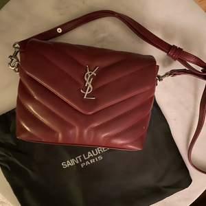 Super fin röd Ysl väska, perfekt till sommaren!! Använd max 5 gånger