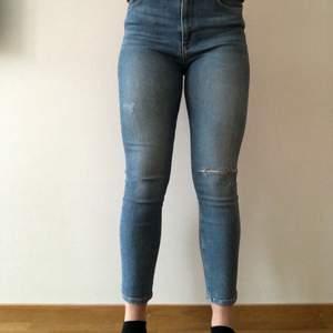 Ett par jättefina Zara byxor som är använda ett fåtal gånger och är i nyskick! Säljer tyvärr för att de är för stora för mig.