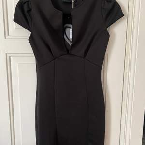 Snygg klänning från Club L, helt oanvänd då den inte kommit till användning! Nyskick🌸 säljer för 250