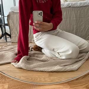 Fin röd hoodie som aldrig är använd från ett UF företag (logo står fram på tröjan) storlek S