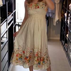 En blommig långklänning 🌸🌼🌸 köpt för många år sedan! Fin till midsommar 💘 frakt tillkommer