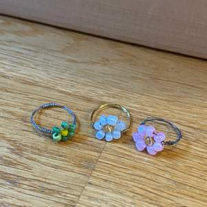 Ringar finns i massa olika färger och storlekar. Det innehåller tyvärr nickel