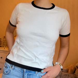 SuperSKÖN och vit lite tjockare stickad t-shirt med fina svarta kanter. 🖤🤍 Passar XS-M