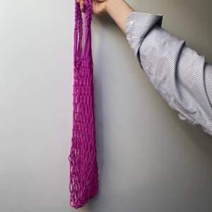 Säljer min vintage rosa nätväska som jag köpt secondhand. Den är väldigt rymlig då den är väldigt spänstig. Köpare står för frakt 💞