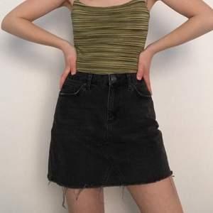 Svart jeanskjol från Urban outfitters märke BDG! Har haft den mycket men är i perfekt skick🖤🖤🖤