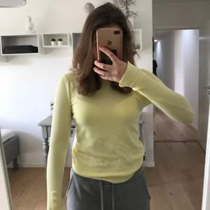 Jätte fin gul tröja, helt ny (köptes i januari 2021) säljer pga köpte likadan i annan färg. Ordinariepris 250kr nypris: 180kr
