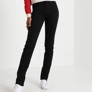 Säljer dessa raka Levi's 724 jeans i strl 26/32. Köptes för 1200 kr, använda ca 4 gånger så de är som nya! Säljer för 250+ frakt. Skriv privat för fler bilder osv