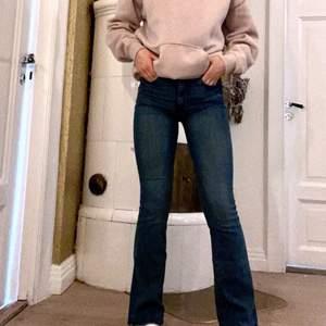 Bootcut högmidjade jeans från HM i storlek 34. Färgen är mer som bild 2 💞