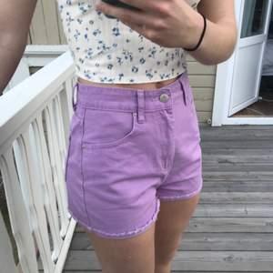 Snyggaste jeans shortsen 🤩 så fina till sommaren, jättesköna men aldrig använda pga fel storlek. 🦋💕
