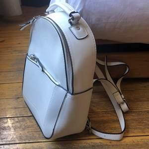 Lite mindre ryggsäck i nyskick. Aldrig använd!