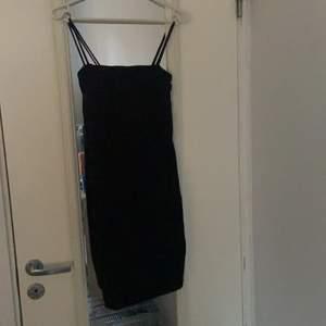 Svart klänning från Ginatricot i storlek XS