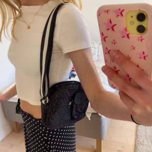 Unik prickig väska med justerbara band🤩 köpt i Köpenhamn!