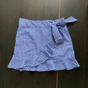 Superfin kjol som aldrig kommit till användning💗 stl M men skulle säga mer som S🤍 + 42 kr frakt tillkommer