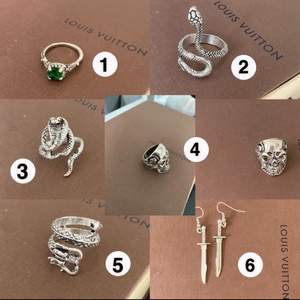 Säljer massor med smycken. Ringarna: 35 kr styck. (Ormringarna är justerbara och passar alltså alla storlekar). Örhänge: 50 kr.( oanvända) Säljer kedjan med stjärnor på bild 2, 80 kr. Frakt tillkommer på 21 kr. Kan samfrakta flera smycken. Hör av er vid intresse och för mer information✨