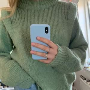 Säljer min superfina stickade tröja från ginatricot! Den är oversized och jätte snygg till ett par blåa jeans⚡️⚡️
