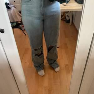 Säljer dessa populära jeans från boohoo i storlek 40. Då de är förlånga för mig som är 165 cm. Även att de inte används De är väl använda. Köparen står för frakten, frakten kan variera