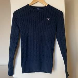 Marinblå kabelstickad tröja från Gant i storlek M. Endast använd 1 gång, därför säljer jag den! 💕