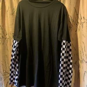 En tröja från shein med rutiga armar aldrig använd och är i storlek L (OBS det kan finna katthår på kläderna)🌸
