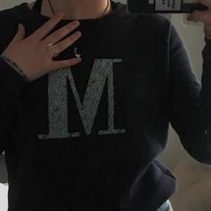 Säljer denna super söta Morris tröja med blommor på M:et. Läs mina köpevillkor innan köp!💜