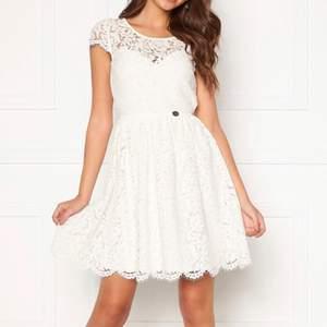 Säljer min klänning som endast är använd en gång, passar perfekt till student eller konfirmation. Köpt för 599 säljer för 350💕 köpt på bubbleroom, märket Chiara Forthi Milano