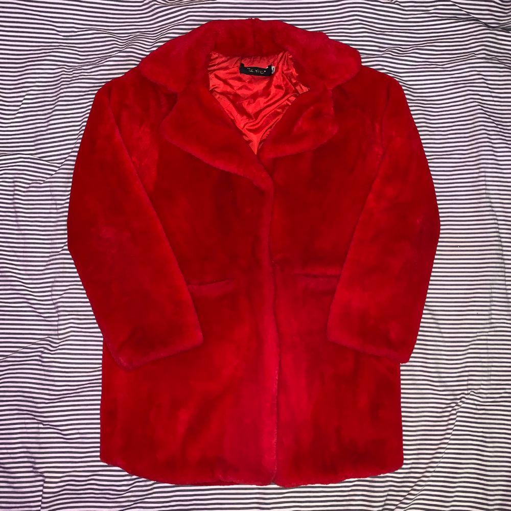 Röd jacka i fusk päls, super mysig & skön. Size L. En trasig knapp men det går att fixa ⛓. Jackor.