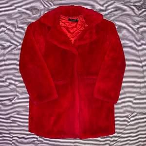 Röd jacka i fusk päls, super mysig & skön. Size L. En trasig knapp men det går att fixa ⛓