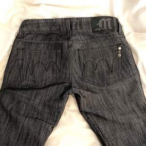 Lågmidjade straightleg Y2K jeans med najs tryck där bak! Säljer åt en vän. Tänk på att de är lowwaisted så mät under naveln/runt höfterna vid midjemåttet!                                                           Midjemått: 75cm runt om                                                              Innerbensmått: 84cm                                                                   Yttrebensmått: 105cm